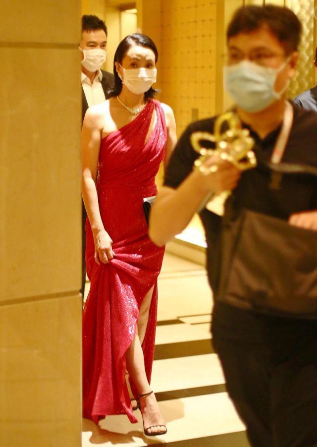 喜提白玉兰最佳女配后,陶虹亮相酒店,一袭斜肩红裙美丽典雅