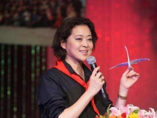 58岁的倪萍竟挺着大肚子现身机场,众人大呼被吓坏了