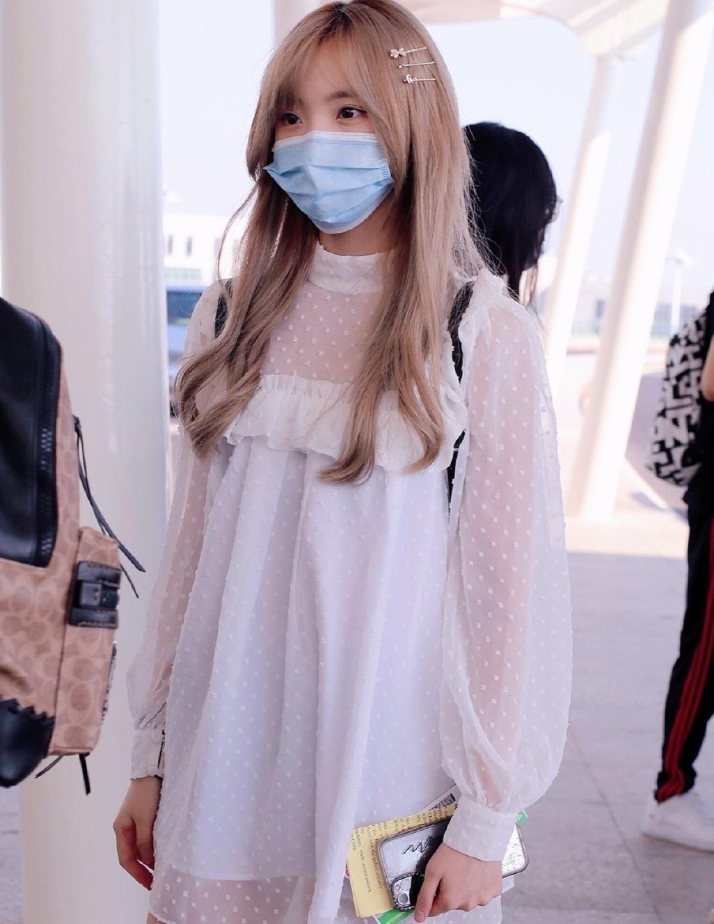"""乃乃郑乃馨太""""奶""""了!机场私服像迪士尼外套公主,嫩得像18岁"""