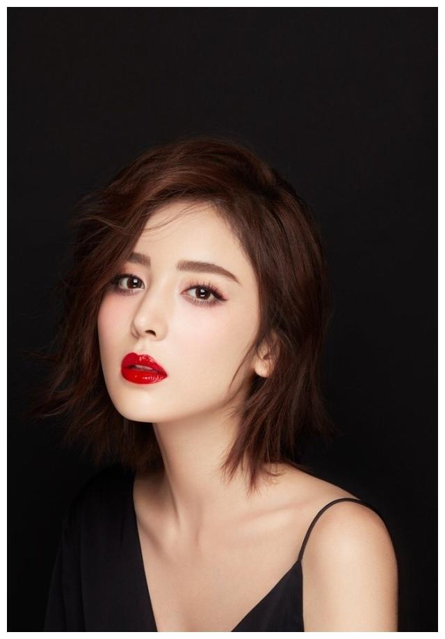 古力娜扎小露香肩,尽显天鹅颈美背杀,雪肌红唇诠释冷酷美人。