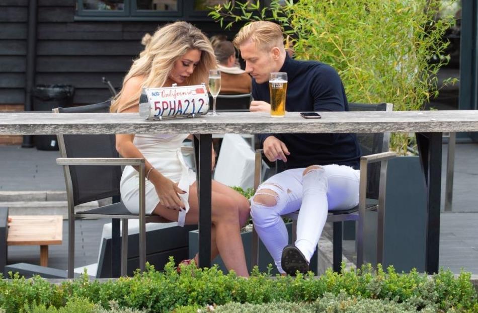 比安卡·加斯科涅穿白色连身裙魅力十足,与男友在露天餐厅相约