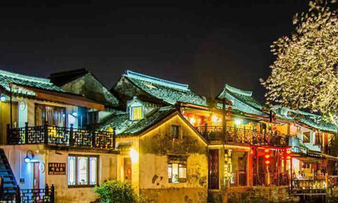 浙江嘉善县西塘古镇的夜色,色彩斑斓,水乡风光很动人