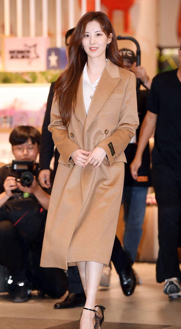 徐贤用吸管喝水嘟嘴卖萌,棕色大衣搭配软呢长裙美得让人服气