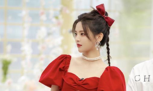 杨超越穿红色蓬蓬裙太美了!泡泡袖搭配珍珠项链,甜美又很高贵