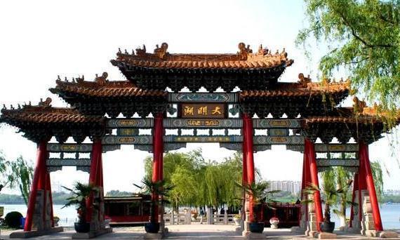 济南的大明湖,宋朝时曾被称为西湖,曾巩在这里治理水患