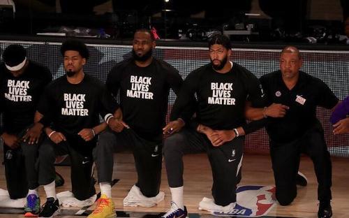 美国体育联盟有权进行平权抗议,但球员跪与不跪也有权利选择