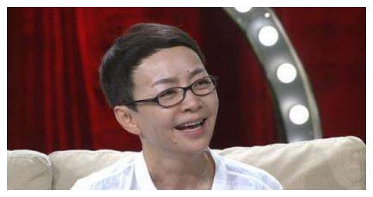 她是小品女王,二婚嫁导演三婚成总裁夫人,如今58岁当奶奶