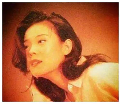 21年前,凭《说唱脸谱》爆红的谢津从23楼一跃而下,成了韦唯的痛