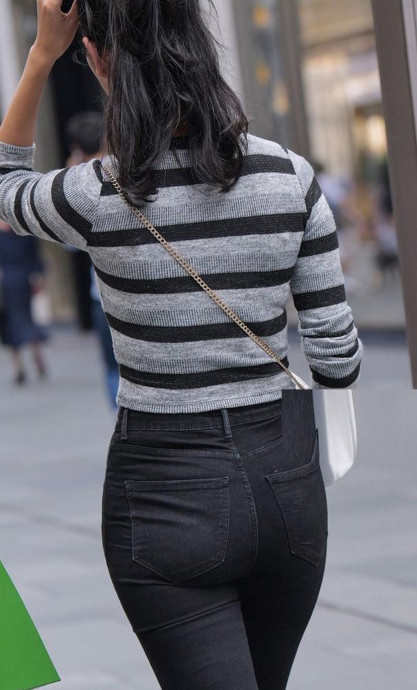 圆领针织条纹间隔开袖衫,搭配高腰破洞牛仔,都市风情满满