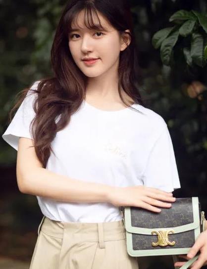 谁能不被赵露思的初恋感圈粉?白T恤披肩发,美成校园剧女主角