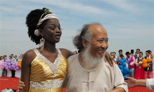 9年前,53岁中国老大爷娶24岁非洲美女,如今俩人生活怎样?