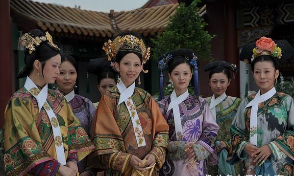 清朝妃嫔脖子上为何挂一条白布?保暖还是装扮?其实是为方便皇上