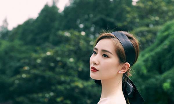刘诗诗的气质真抢镜,一身绣球裙更抢镜,美的像是雕塑一样