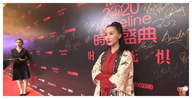 四十加女星也可以很时尚,刘敏涛像侠女,妆容太浓,佘诗曼少女风