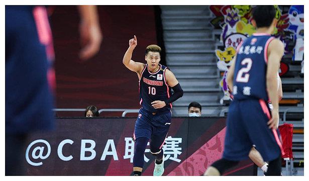 江苏VS广东,徐杰做出帕克招牌式动作,背转身过掉防守人上篮!