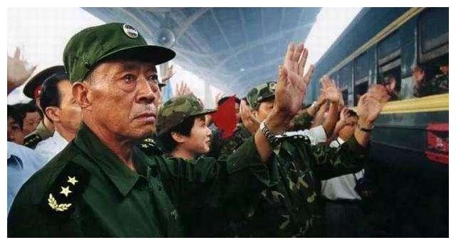 还记得98年抗洪流泪的老将军吗?如今已逝世,儿子也非常优秀