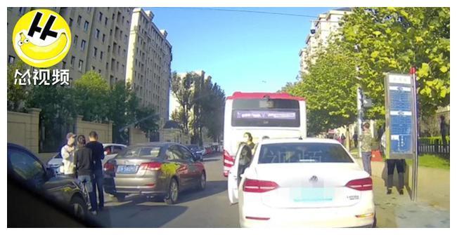 大连一家长停车送孩子 造成道路拥堵寸步难行 私家车