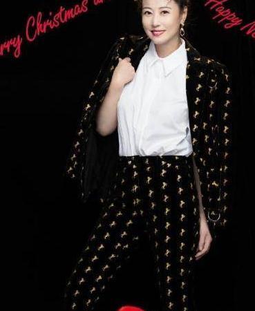 周海媚身穿扑克印花连衣裙,配上腰带格外高级,时尚感爆棚