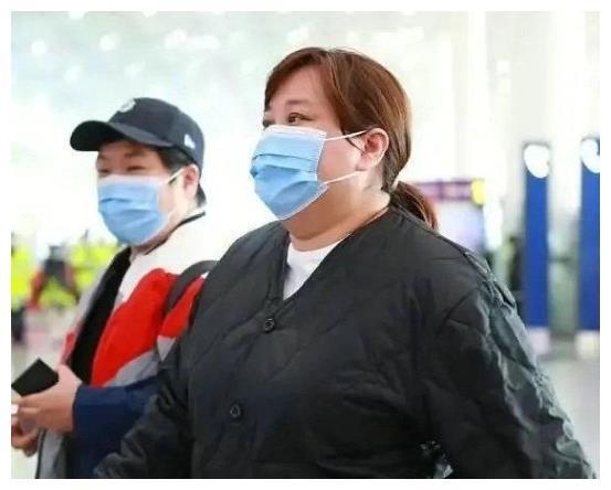 39岁贾玲胖出新高度,脸圆没脖子,网友担心:为健康该减肥了