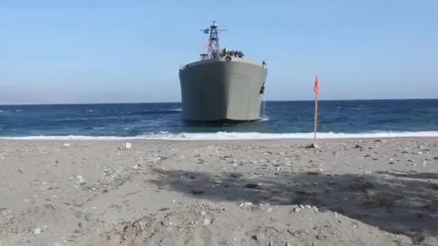 坦克登陆舰 舰首76毫米舰炮很抢眼
