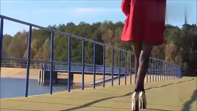 小姐姐这样穿搭?高跟鞋搭配黑色连裤袜,很好看