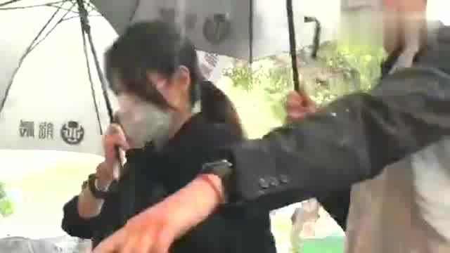 哀悼宿敌小S现身悼念刘真 一身黑装佩戴墨镜口罩冒雨而来