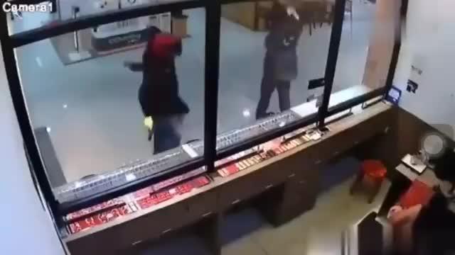 迪拜两男子抢劫金店,铁锤怎么也砸不破玻璃,监控拍下尴尬一幕
