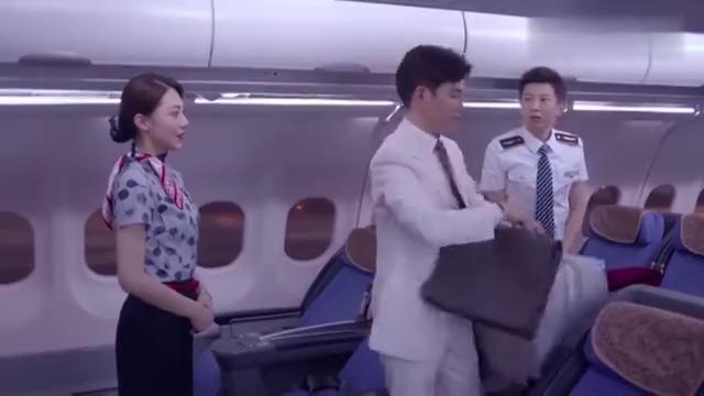 空姐给高富帅道歉,结果高富帅一脸高冷,连一句话都没说