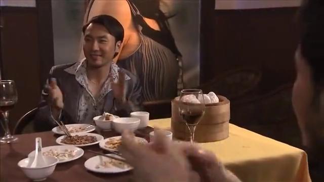美女歌手唱完歌陪老总吃饭,结果小伙却不乐意了,非要送她走!