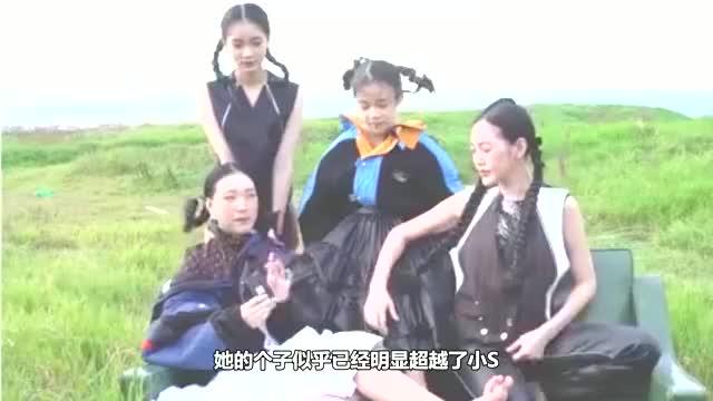 """小S携大女儿合体拍杂志,许曦文浓妆出镜,母女俩上演""""捧脸杀"""""""