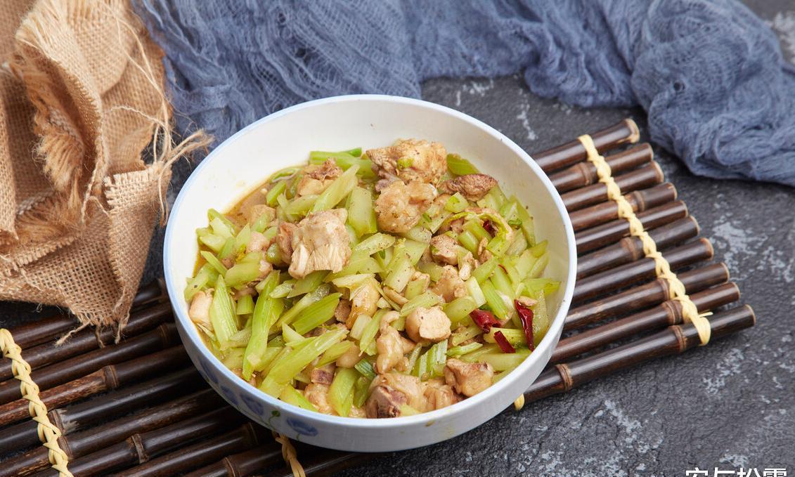 芹菜炒肉丝,简单易学的家常美食,低脂降压可做便当菜,鲜香爽脆