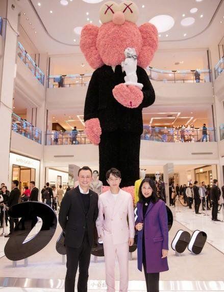 组图:黄轩身着粉色西装现身活动,与玩偶亲密互动,调皮可爱!