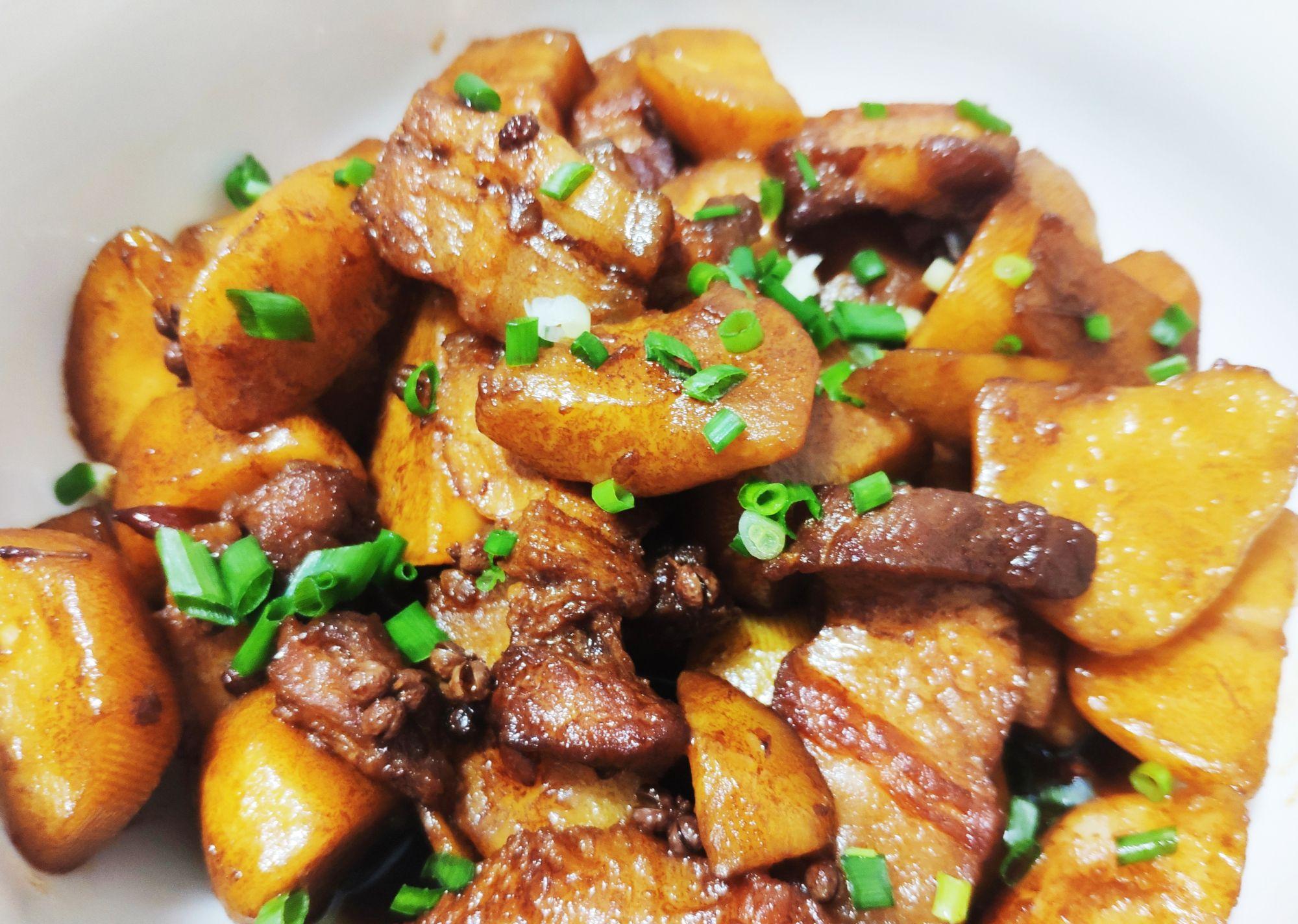 恩施小土豆烧五花肉,先生吃独食,一个人吃了一碗!
