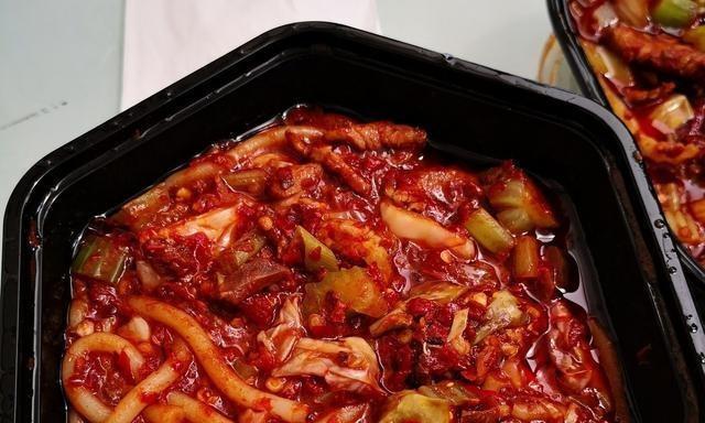 迪丽热巴爆料:吃新疆炒饭,不知道隐形眼镜什么时候掉下来