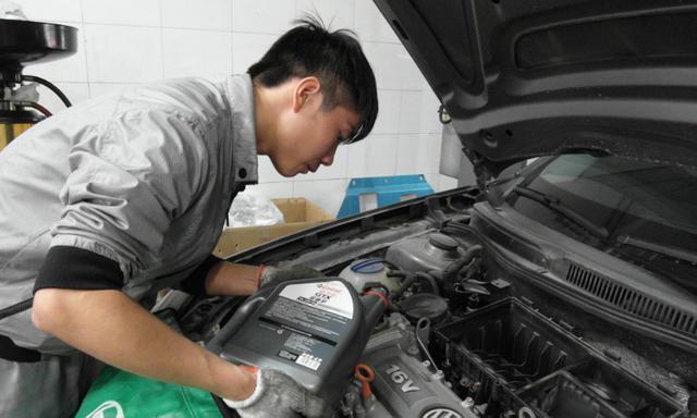 汽车机油换早了费钱,换晚了损坏发动机,它到底应该多久更换一次