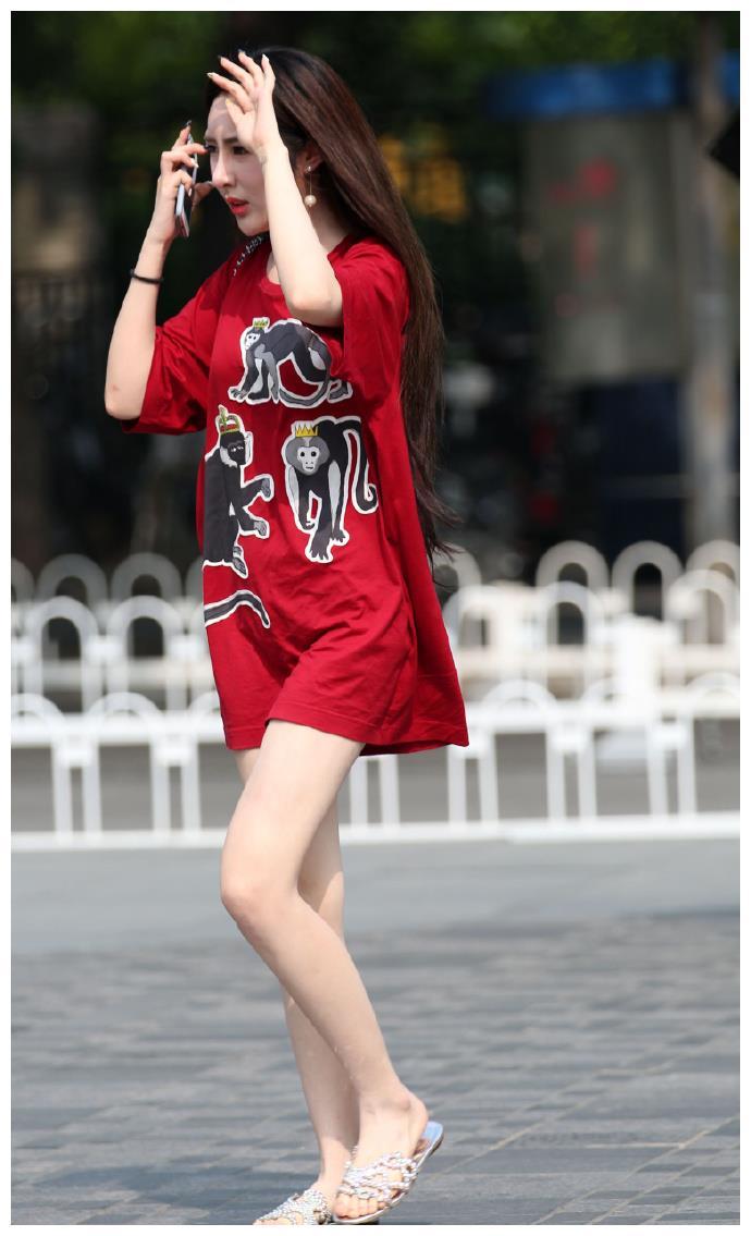 皮肤特别好的长腿妹子,穿着珍珠拖鞋逛街,妥妥的白富美