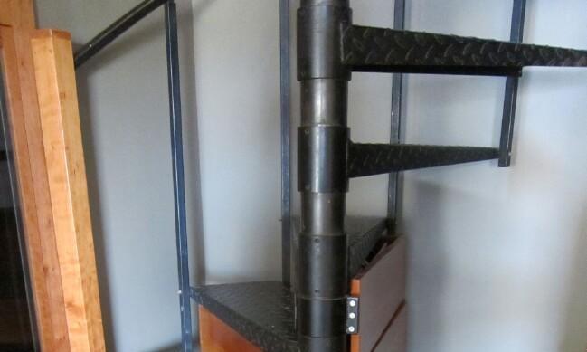 螺旋楼梯台阶下,装个可以背面抽拉的置物柜,多个储藏间不香吗?