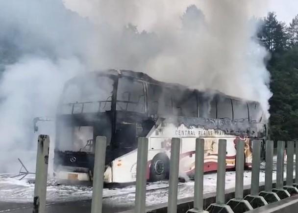 突发!贵州一旅游大巴自燃起火,烧得只剩支架严重熏黑