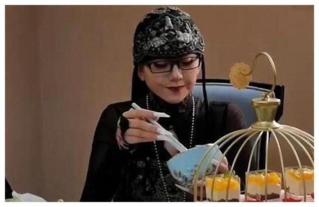 62岁杨丽萍做吃客,穿黑色look秀出神仙风骨,瘦到让人生怜