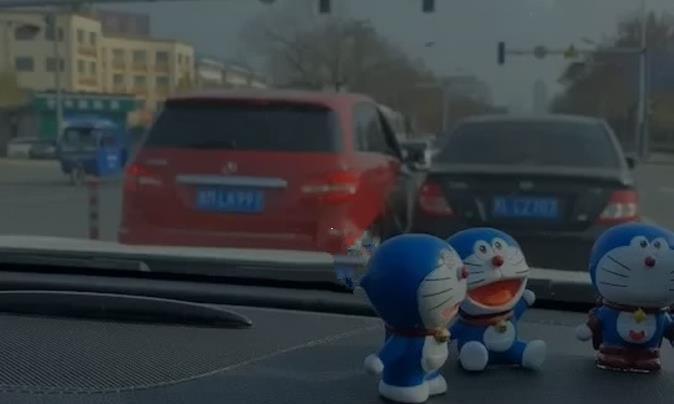 气人!滨州俩司机在路口停车吵架!网友:互怼了2个红绿灯!