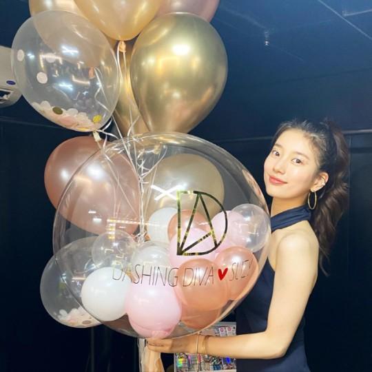 韩国女艺人秀智SNS发布杂志写真拍摄现场照
