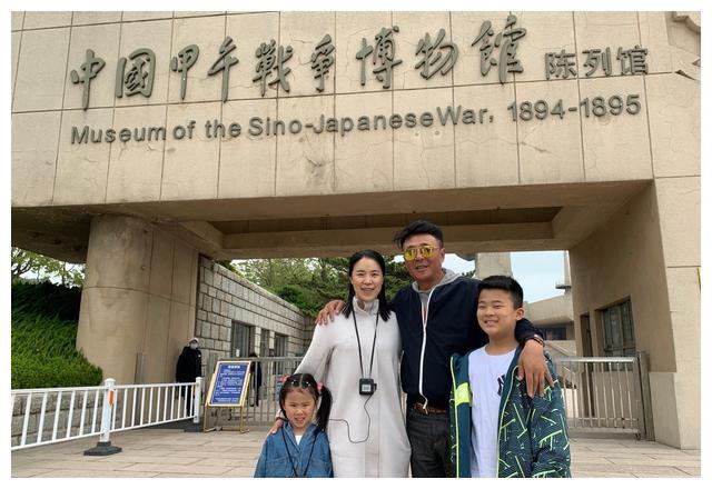 王楠和巨富老公相识18年!带儿女参观甲午战争博物馆,当年在这定情