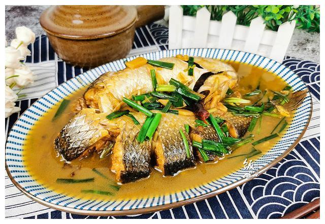 鱼肉去腥味,葱姜蒜就够了,很多人爱放这味料,难怪鱼肉腥味重