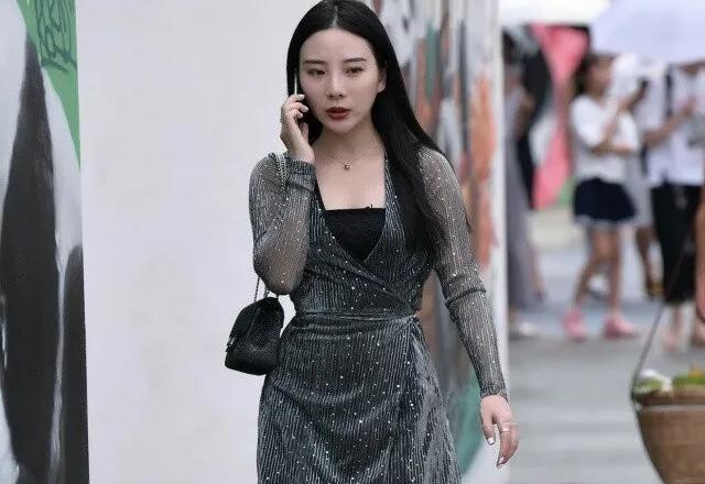 街拍时尚:V领修身裹身裙,修饰女生曼妙好身材