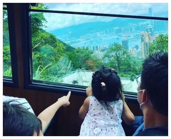 三代人霍家很少一起旅行,吃便宜饭馆穿普通,低调炫富被赞接地气