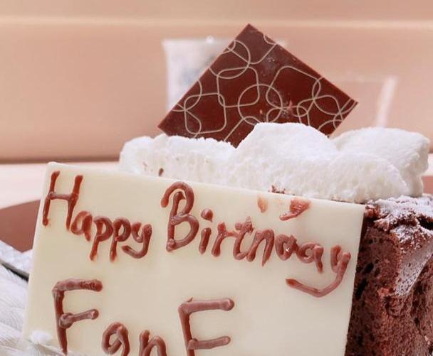 范玮琪被网暴后首现身,素颜庆祝生日显沧桑,和老公黑人依旧甜蜜