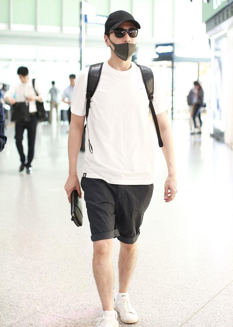 赵又廷街拍:Adidas白T恤运动短裤小白鞋简约直男风