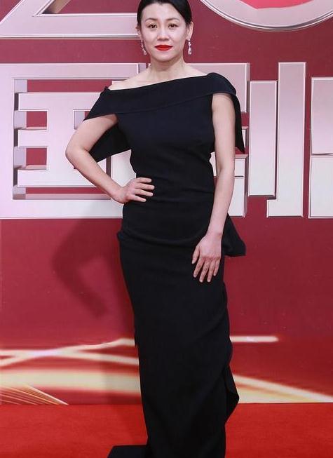 46岁刘琳老态初显却美得真实,一袭黑色露肩裹身裙,简约却高级