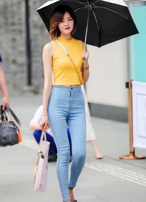 时尚美女搭配牛仔裤,简约大气优雅时尚,穿出青春靓丽的气息