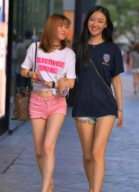 时尚丽人行,美丽姑娘结伴逛街,大方得体的打扮是最亮丽的风景